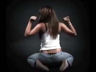 Une allumeuse brune en jeans qui bouge bien son cul