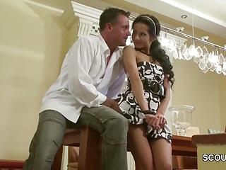 Er fickt seine geile Stief-Tochter und wichst auf ihre Pussy