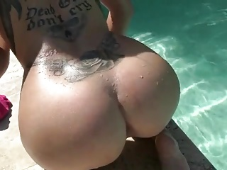 French girl squirting by the pool