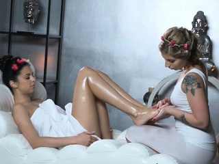 Hot Client Gets Pleasured By Skillful Masseuse